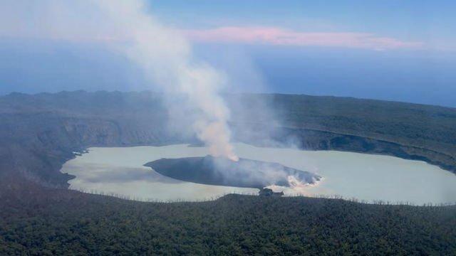 Thousands evacuate as Vanuatu volcano pollutes drinking water