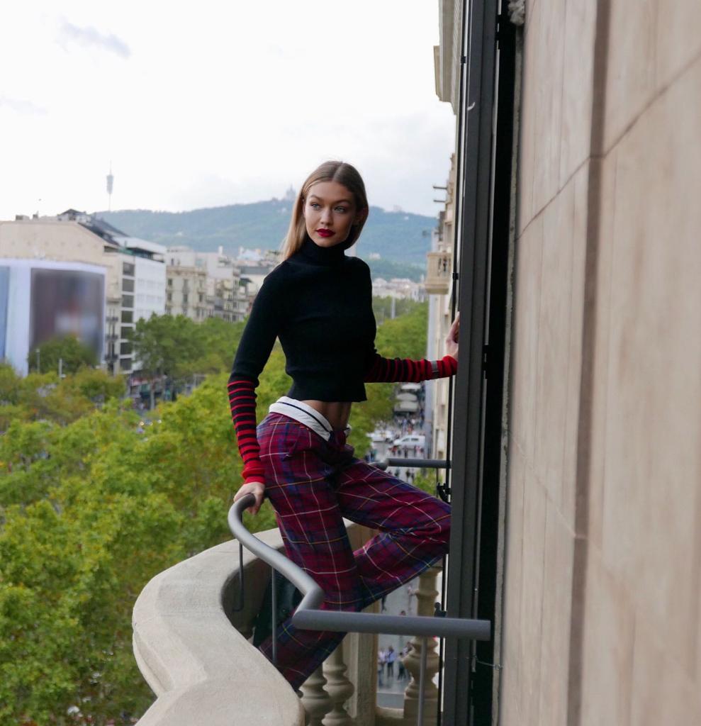 ジジ・ハディットが、美しい街バルセロナを訪問。みんなの思いを受け取って、#TommyXGigi は次の街へ! https://t.co/QrZ3vC0EUj https://t.co/B149r9nZl3
