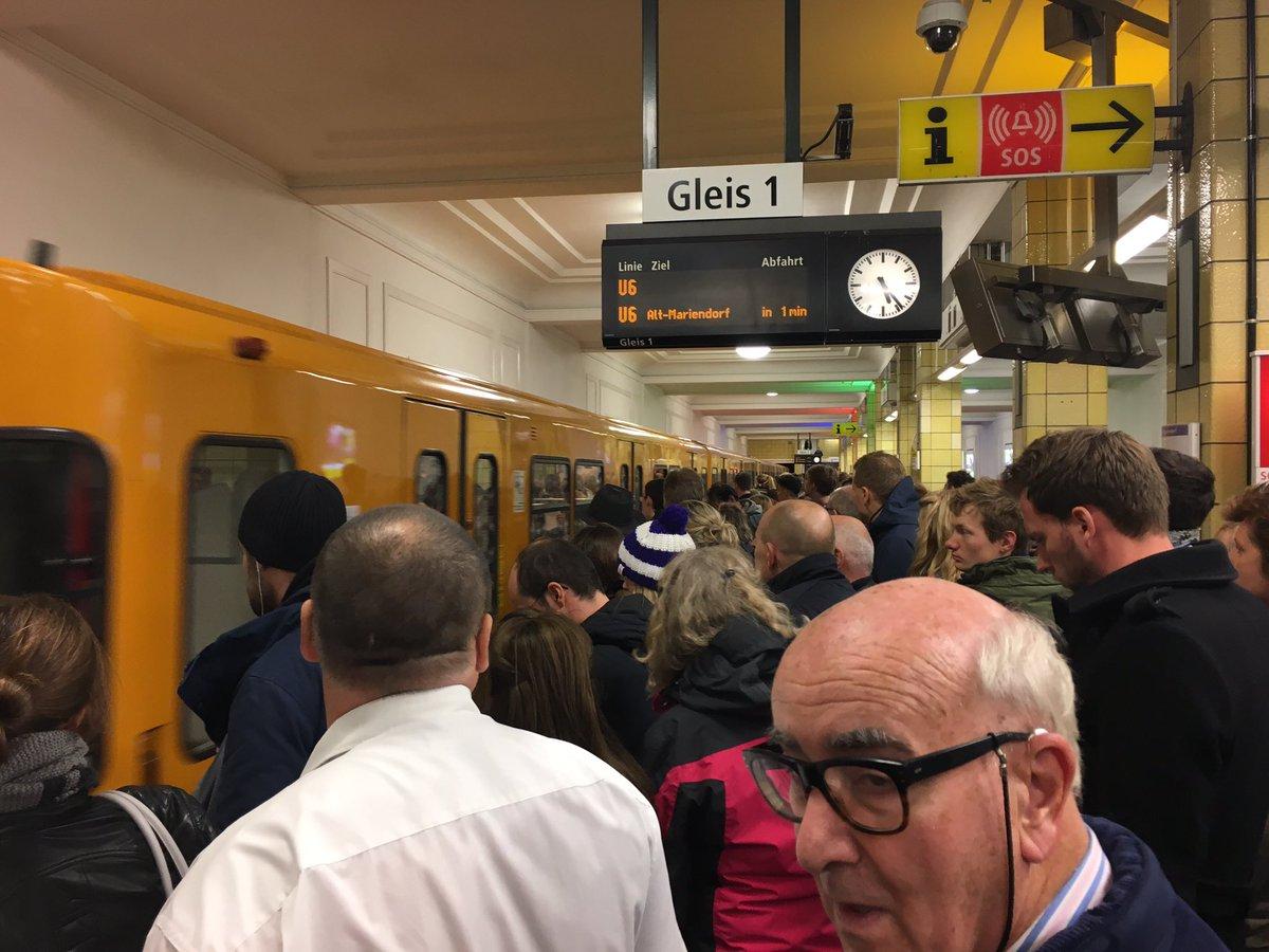 Da steigen heute wohl doch so ein, zwei Leute auf die U-Bahn um. #Xavier #Friedrichstraße #Sbahndown @BVG_Kampagne https://t.co/l0sF2KWjAt