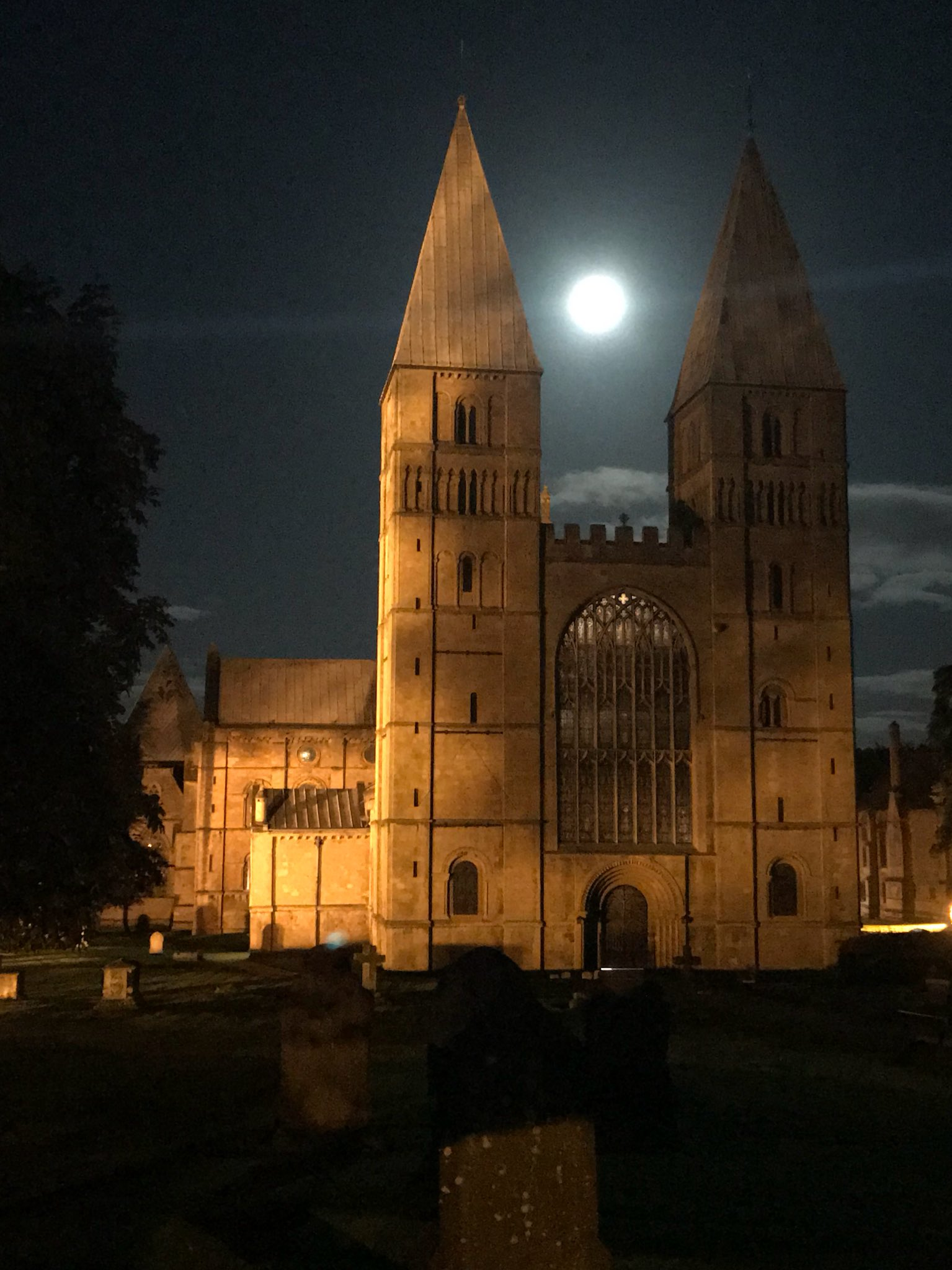 Stunning harvest moon tonight over @SouthwMinster https://t.co/kZ1WJ9e7vo