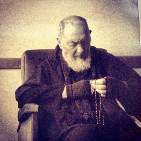 """""""Un cristiano sin rosario, es un soldado sin armas"""" (San Pio de Pietrecina) #rosario #mesdelrosario https://t.co/MGk4IQcVSe"""
