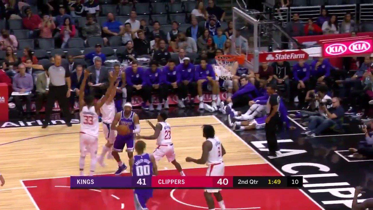 Veterans.  Vince Carter finds Zach Randolph for the open 3!  ��: @NBATV https://t.co/0uWZc98F4C