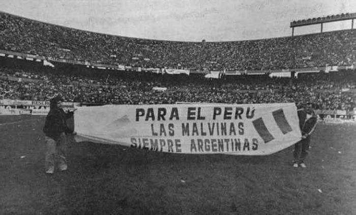 A #Peru jamas se le silba el himno por favor  #VamosArgentina #ArgentinaVsPeru #Argentina https://t.co/0EdxupPeij