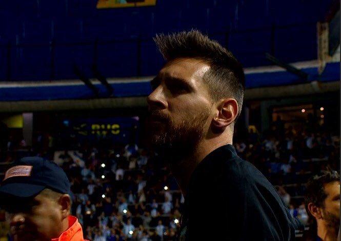 Messi observando a la hinchada albiceleste en La Bombonera #VamosArgentina https://t.co/69msMJD0aX