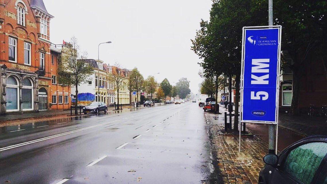 De laatste voorbereidingen aan het parcours ��  Nu nog regenachtig, morgen droog en af en toe zon. Zin in! �� #4mijl https://t.co/2BTD2h4ZWk