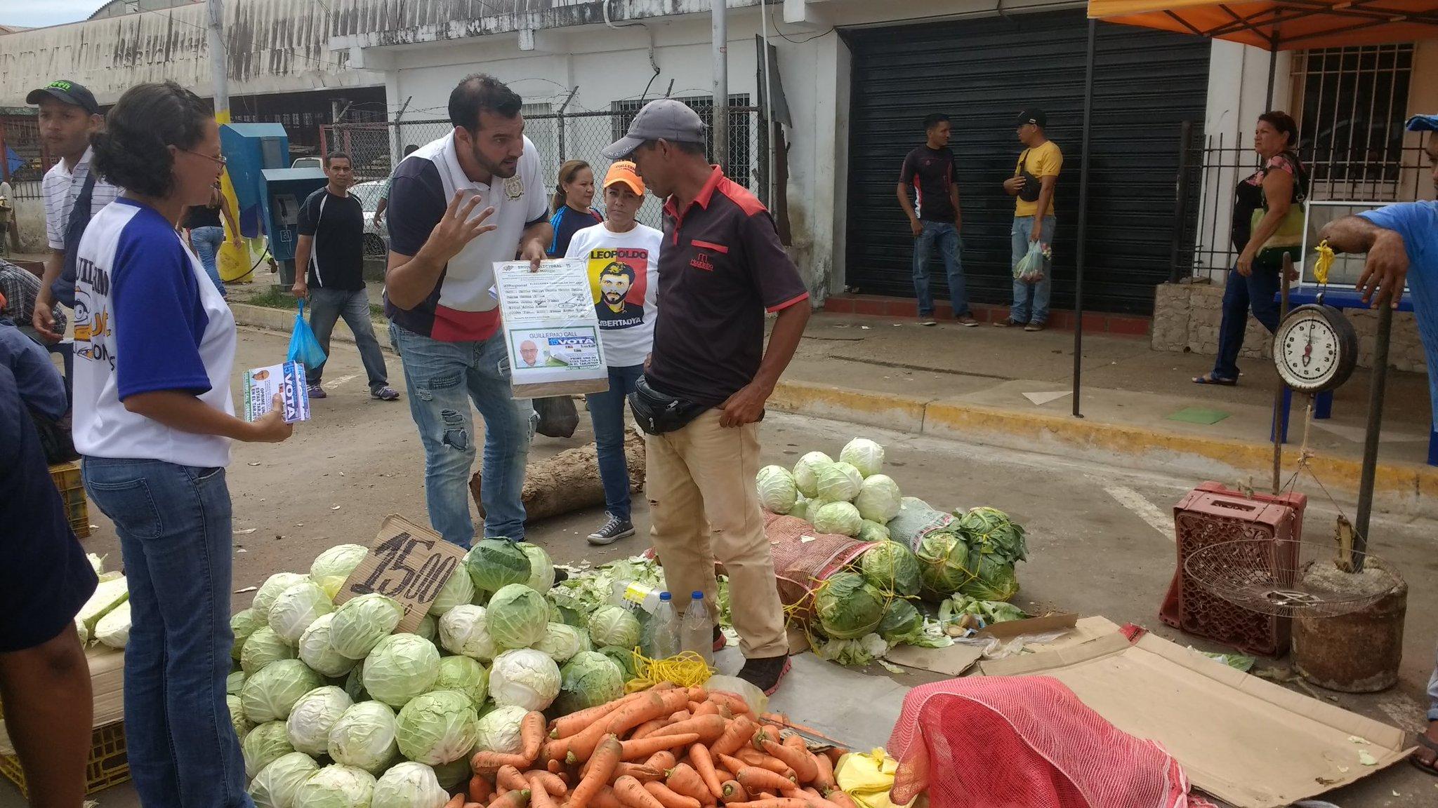 Hoy #7Oct estamos en el mercado de los bloques de #Maturin llevando el Msj del próximo Gobernador @Guillermo_Call https://t.co/eIpAoZNda5