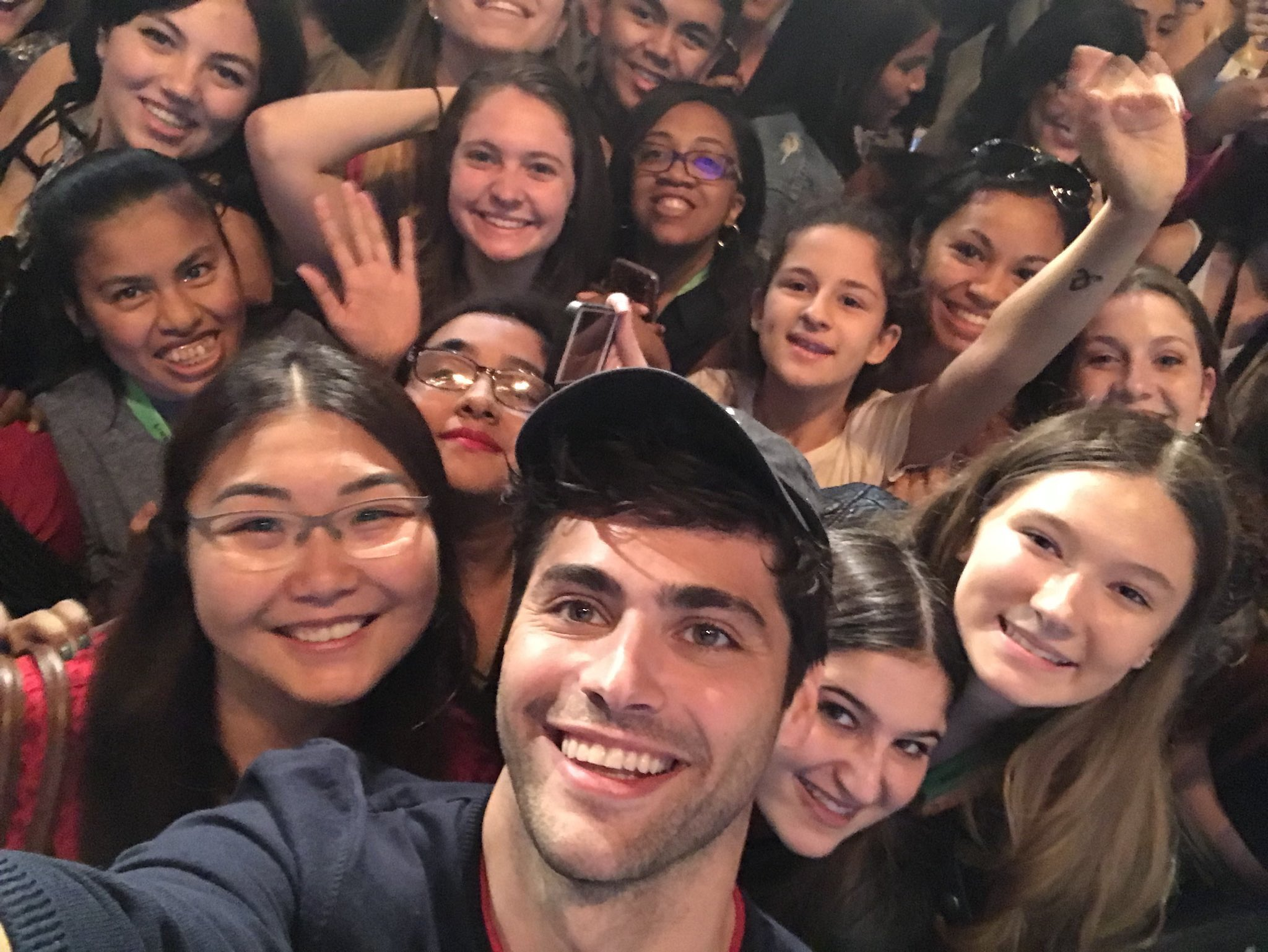 #FANS | Matthew took a selfie with some fans after the panel! #NYCC2017 (via @HoecheStiles) https://t.co/jyXZCnRbRj
