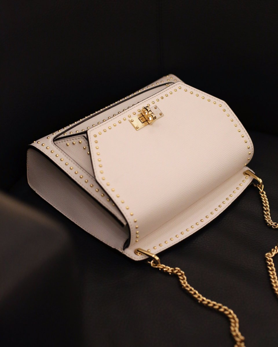 The Suzy bag, embossed with gold detailing and finished with the iconic Bally 'B' buckle 👉 https://t.co/3bCxMziNkF https://t.co/UtNoo1rRpH