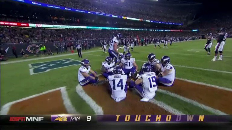 Stellar celebration.   Vikings lead, 10-0  #MNF https://t.co/uYyDyC7Ev6