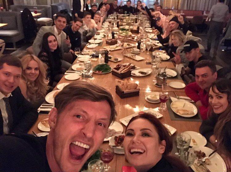 Просто решили пообедать. Скромно. Своими.  Приятных всем жующим. https://t.co/eAOgwOPc8w