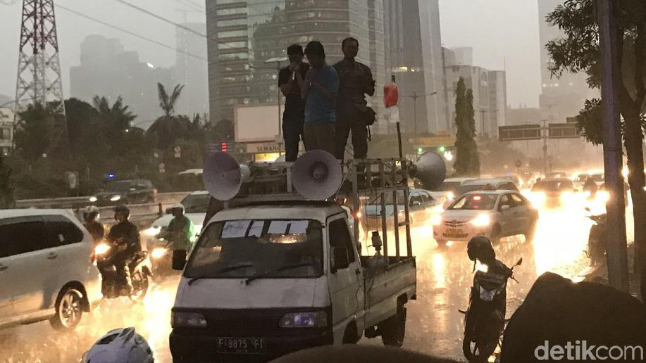 Diguyur Hujan, Massa Eks Mahasiswa Berdemo di Depan Polda Metro https://t.co/dJS7ZDzdyn https://t.co/Mb6Wjm4dyS