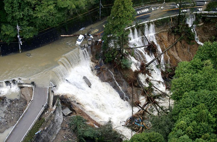 @BroadcastImagem: Tufão Lan deixa mortos e provoca estragos no Japão. Yuki Sato/AP
