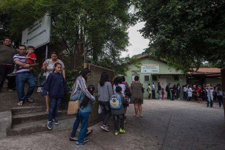 @BroadcastImagem: Fila para vacinação contra febre amarela na UBS Horto Florestal, zona norte de São Paulo. Amanda Perobelli/Estadão