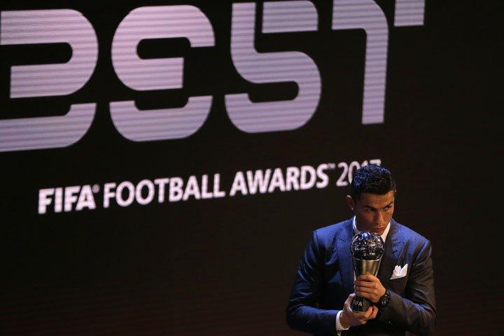 @BroadcastImagem: Cristiano Ronaldo vence pela 5ª vez troféu de melhor do mundo e se iguala a Messi. Alastair Grant/AP