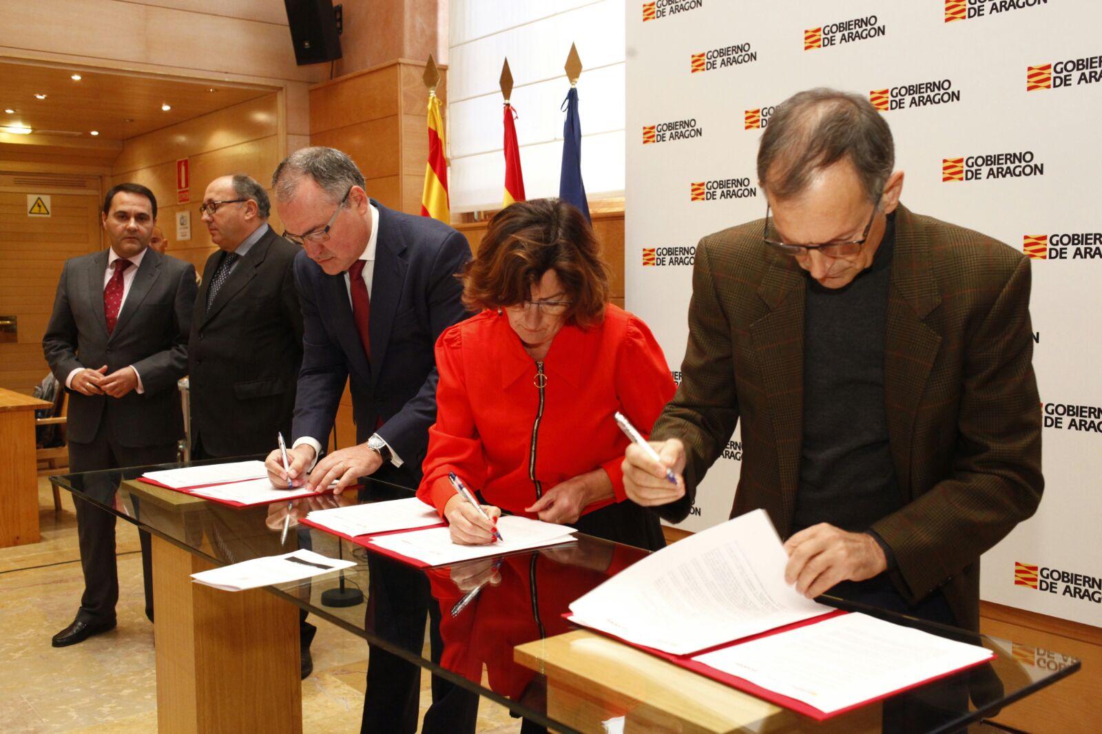 Para disminuir el índice de pobreza energética en #Aragón 600 hogares familias vulnerables @GobAragon, @ecodes y @Endesa firman un convenio https://t.co/Yoh8qtW3pz