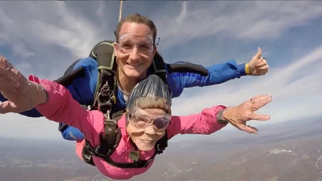 Eila Campbell se lanza de paracaídas a sus 94 años https://t.co/zx6bNz2XgE https://t.co/sCKNZm73Ay