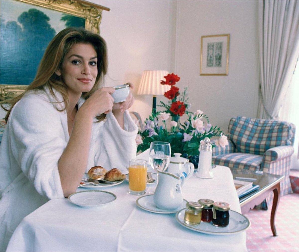 RT @MeaningfulBty: Breakfast in bed with @CindyCrawford ☕️ #FBF  https://t.co/Qq78dYxDkO https://t.co/h8VBwm3ua6