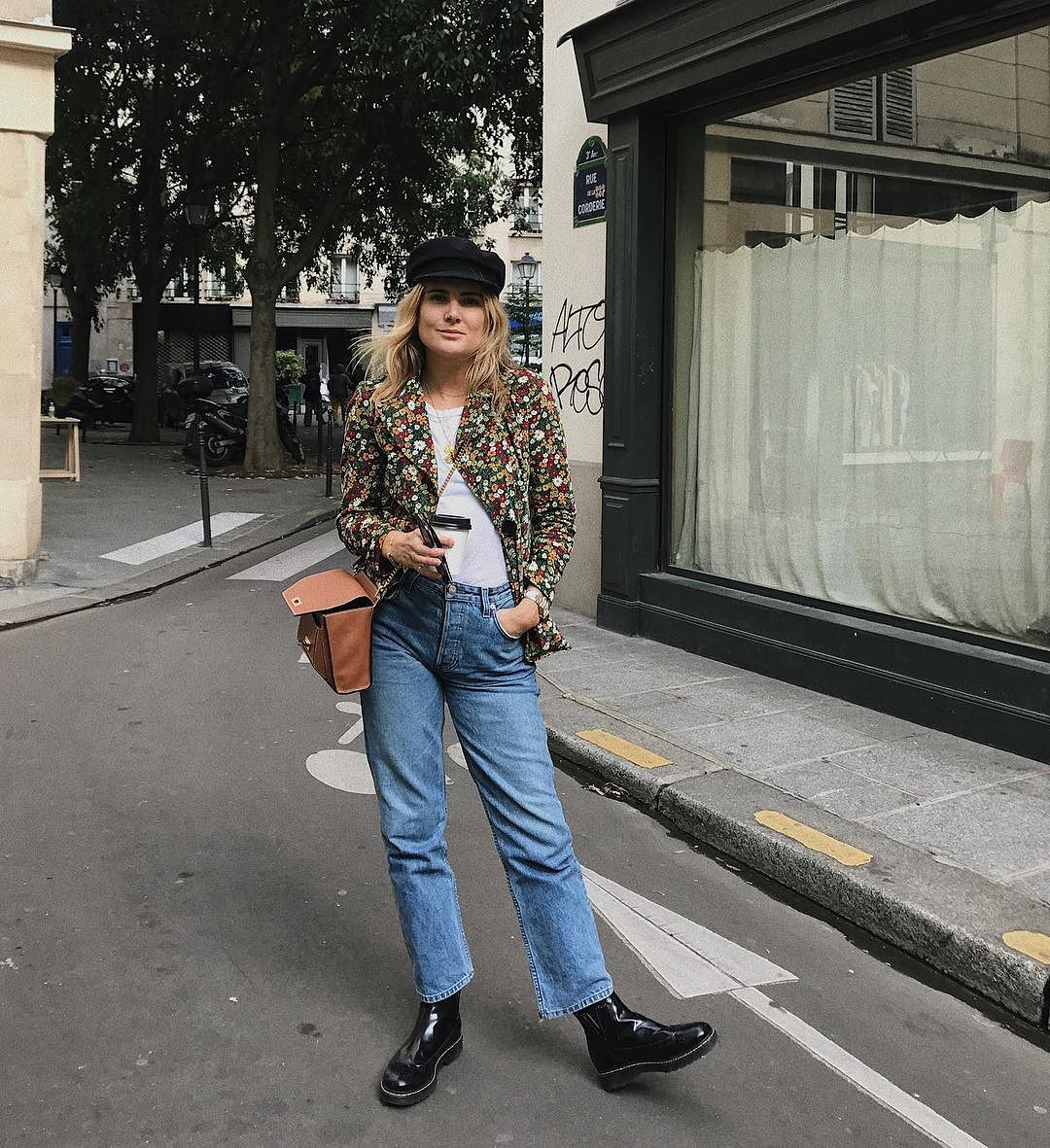 .@Fashion_Me_Now and her Suzy bag in Paris. Vive le weekend! https://t.co/MnKhuy8gEn