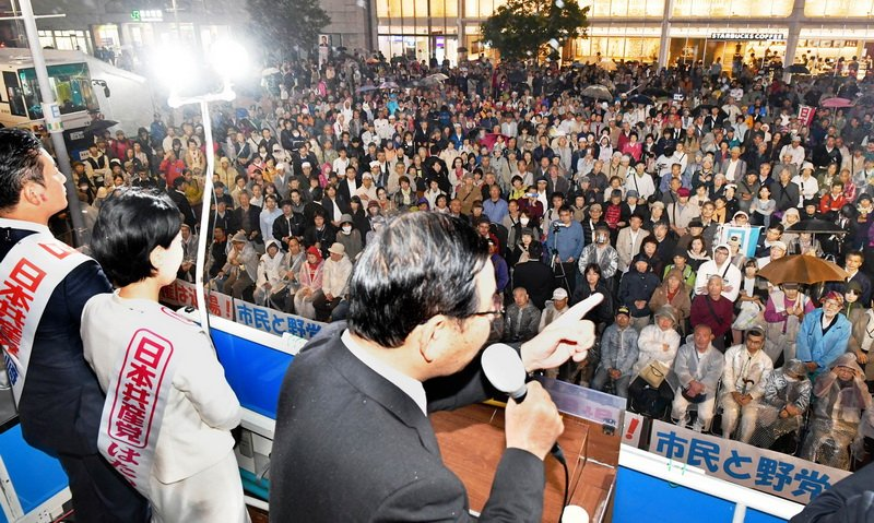 test ツイッターメディア - 横浜桜木町で訴え。霧雨の中、駅前がギッシリに埋まりました。安倍政権を倒した後、どういう日本をつくるか。外交、経済、原発、憲法、核兵器ー各分野の日本改革のビジョンをお話ししました。新しい日本をつくる力は市民と野党の共闘にあります! https://t.co/805tdkFFBz
