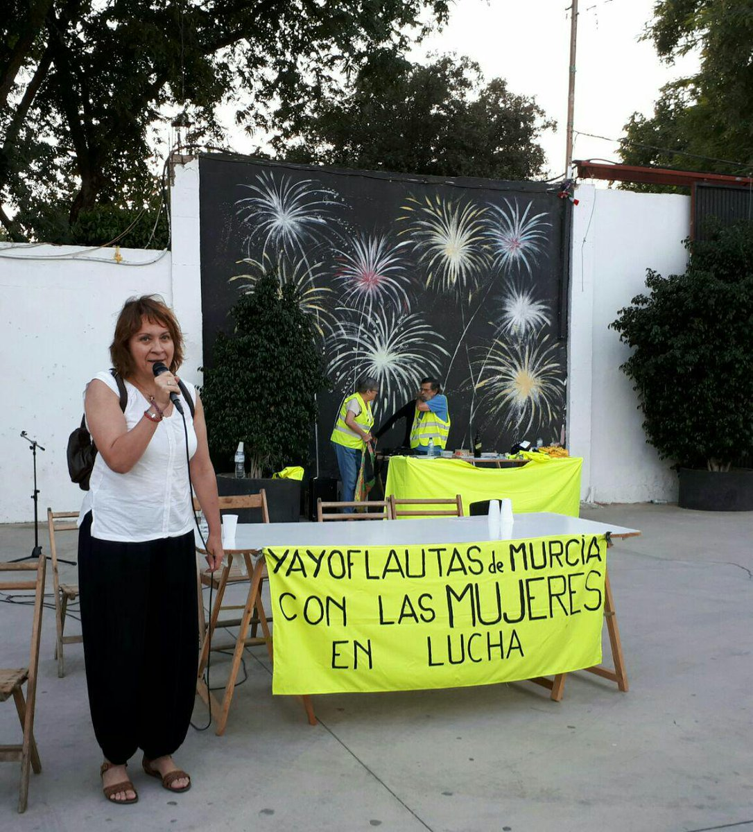 La Secretaria de Dchos. Sociales @MariaMarinMart agradeciendo a @yayoflautasmur la invitación a @PodemosRM. https://t.co/Tm2JR0XDsO
