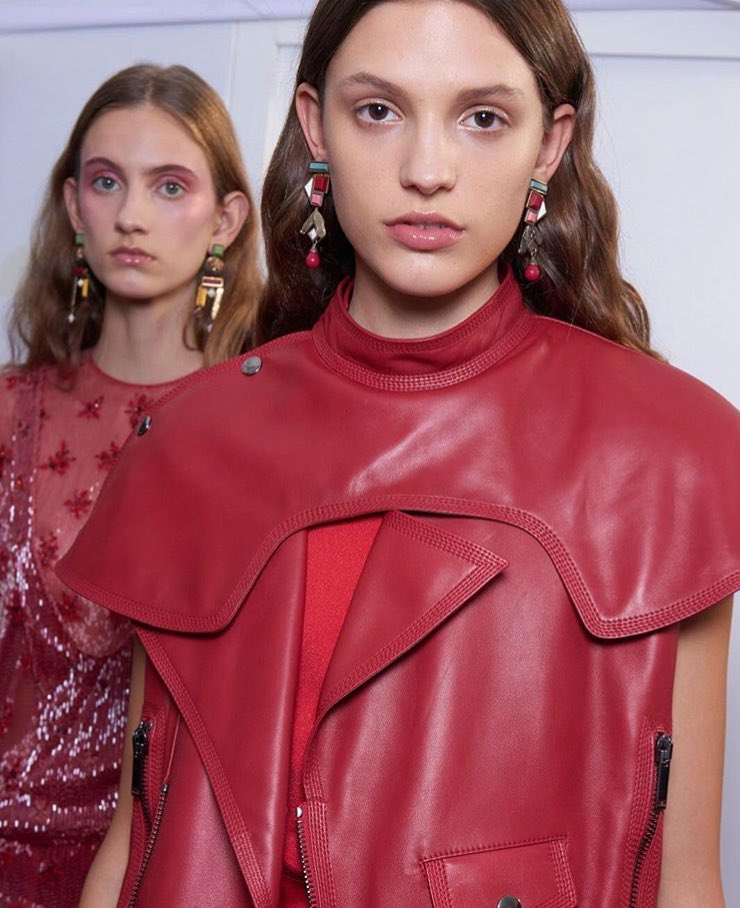 A touch of iconic red: #ValentinoSS18 Collection by Creative Director #PierpaoloPiccioli https://t.co/s7yIjUhUnF