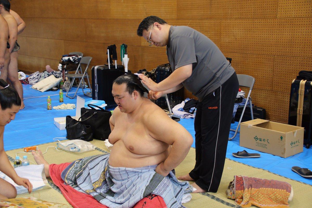 test ツイッターメディア - <秋巡業@金沢場所>支度部屋の様子。床鳴に大銀杏を結ってもらう、稀勢の里。#sumo https://t.co/rLHLDVWRpc