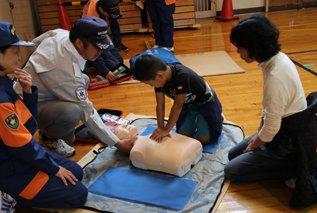 test ツイッターメディア - 【地域防災訓練】10月15日、地域防災訓練が行われました。当日は、雨のため体育館内でできる訓練に限られてしまいましたが、多くの町民の方々に参加いただきました。いつ起こるかわからない災害に備え、AEDの操作や止血方法、炊き出し訓練などの体験を通じて、日頃の防災意識を再認識しました。 https://t.co/9gghyksuNT