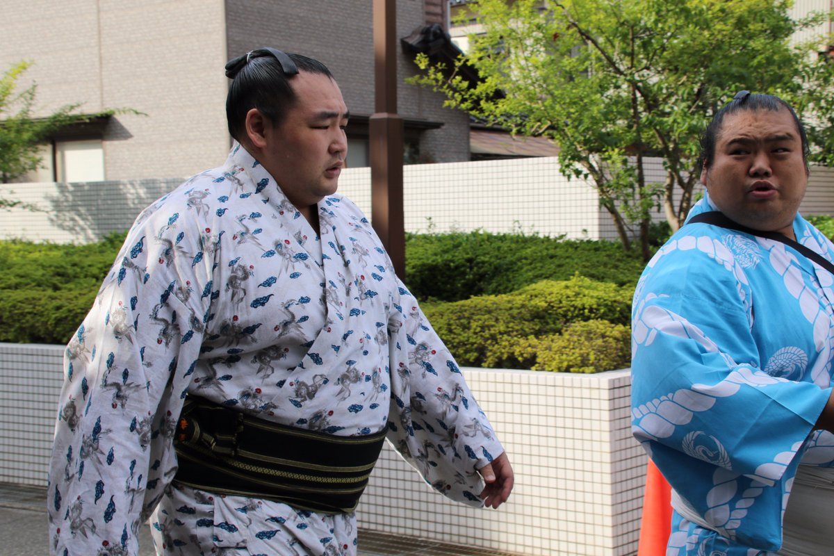 test ツイッターメディア - <秋巡業@金沢場所>バスに向かう稀勢の里、鶴竜。#sumo https://t.co/OwA9SDaPtg