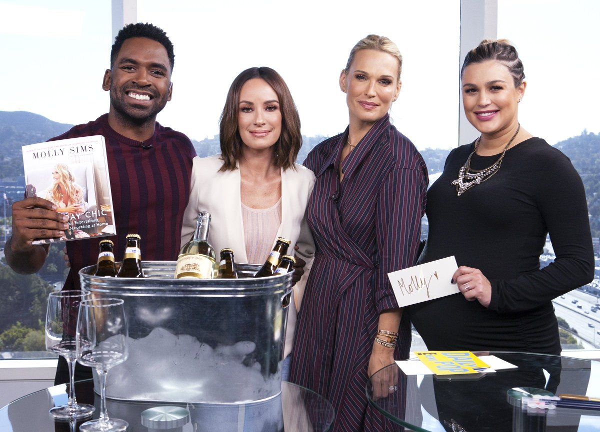 RT @e_entertainment: The very chic @MollyBSims dropped by the #DailyPop set today! https://t.co/ODrfdVGNSE