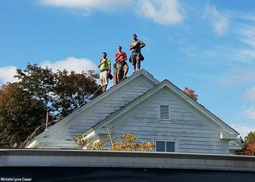 Roofers in Maine stop work to respect national anthem, flag https://t.co/zhsTLhuo7B https://t.co/VDWhw9Xazi