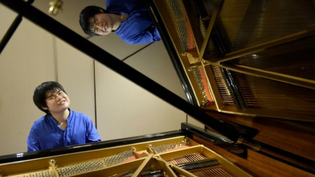 Japan's blind piano maestro plays it by ear