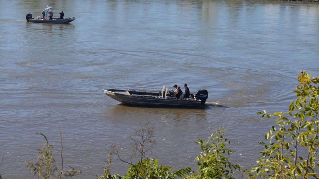 Search resumed for vehicle in Missouri River