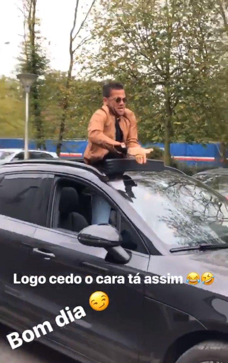Daniel Alves. Foto do site da BN Holofote que mostra Antes do treino, Neymar mostra Daniel Alves dançando ao som de música de Léo Santana
