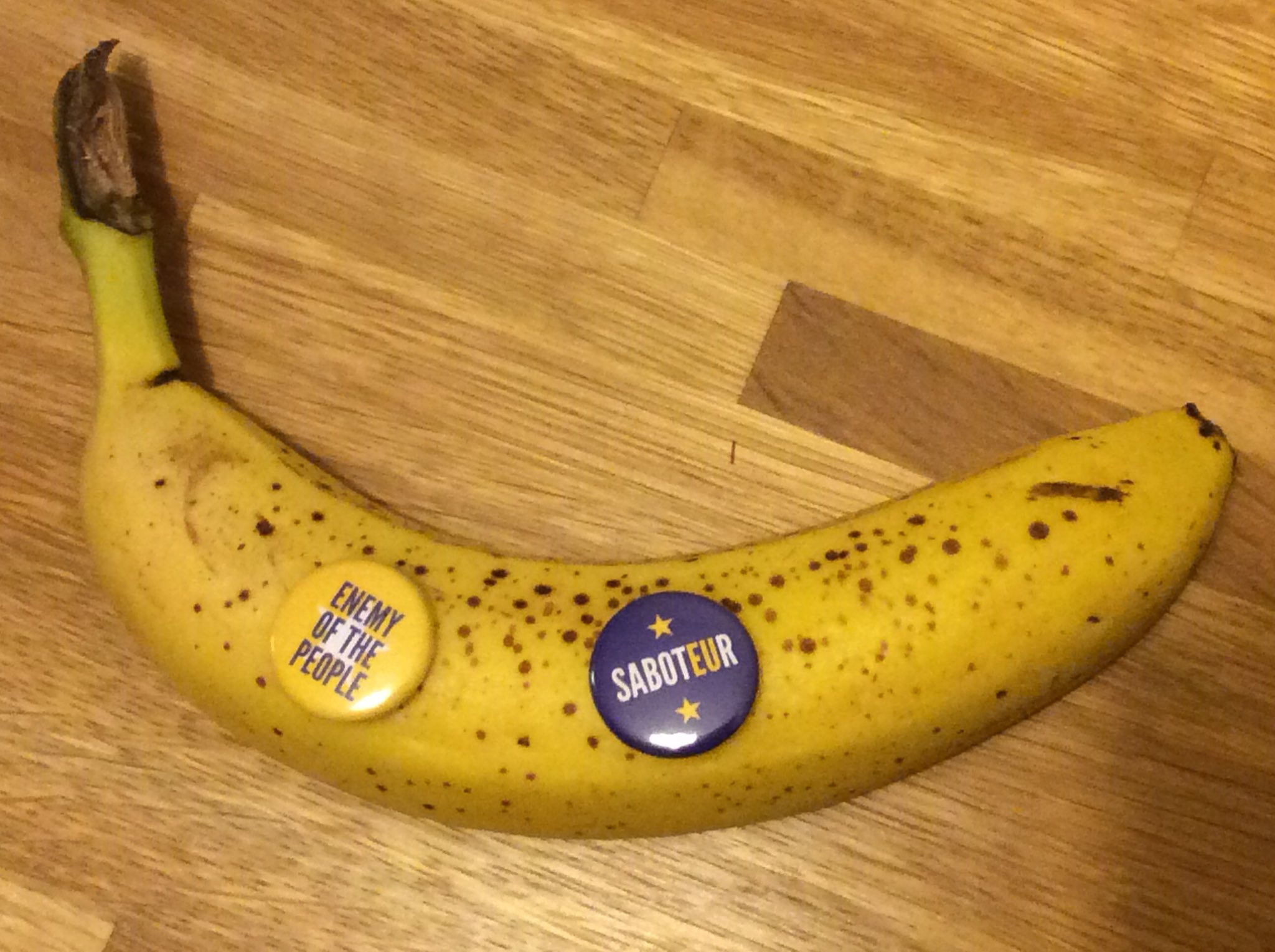 I knew it! As soon as I put these bad boys on there, the straight banana went bendy @RemainiacsCast https://t.co/QnYIGUJvkA