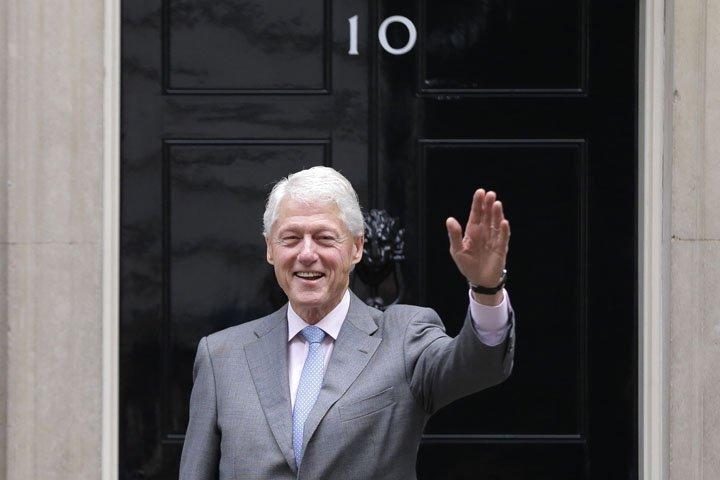@BroadcastImagem: Bill Clinton chega ao encontro com Theresa May para discutir crise política da Irlanda do Norte. Alastair Grant/AP