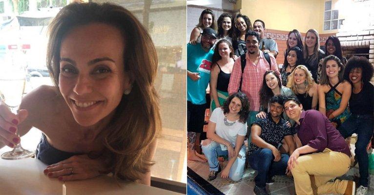 """Flavia Monteiro. Foto do site da Caras Brasil que mostra Flavia Monteiro mostra reencontro do elenco de Chiquititas e se emociona: """"Meus Filhos"""""""