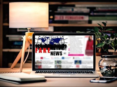 La start-up française qui recense les sites de fake news