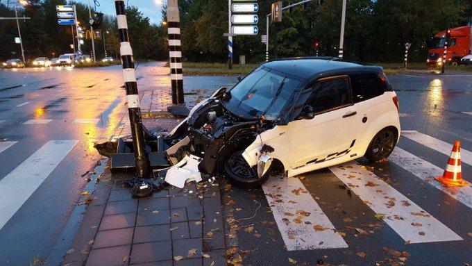 DenHaag Lozerlaan / Escamplaan Eenzijdig ongeval op het grote kruispunt. Een persoon gewond afgevoerd. https://t.co/WLbep0dSgj