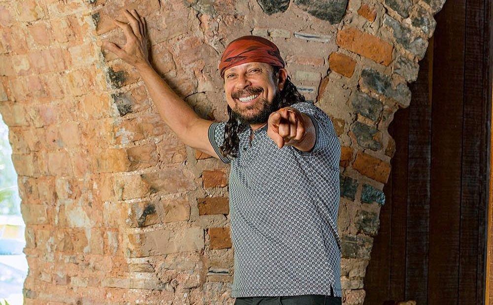 Bell Marques. Foto do site da Contigo que mostra Bell Marques vai comemorar os 40 anos do Bloco Camaleão com show em São Paulo