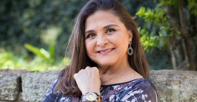 Elizangela. Foto do site da Caras Brasil que mostra Elizângela conhece Dona Fátima, mãe da Bibi Perigosa da vida real