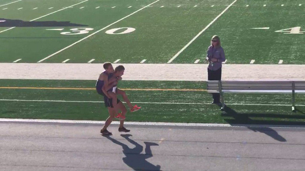 Teen carries injured teammate across finish line at cross country state championship