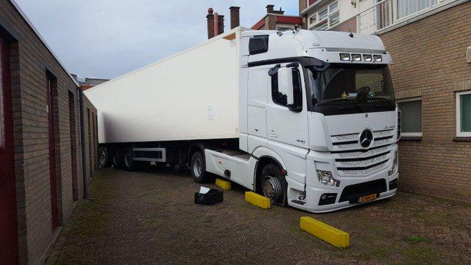 Loosduinen Vanochtend reed een vrachtwagenchauffeur zich dik in de problemen om te gaan lossen bij de Albert Heijn. https://t.co/4FAYFGDzS9