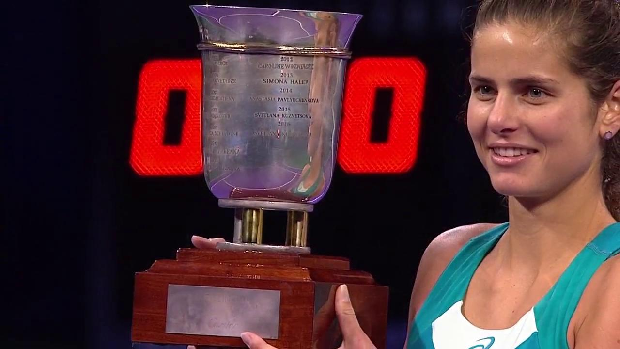 .@juliagoerges poses with her @tennisrussia trophy!  Her first WTA title since 2011 Stuttgart! https://t.co/Ldr3vJZIPF