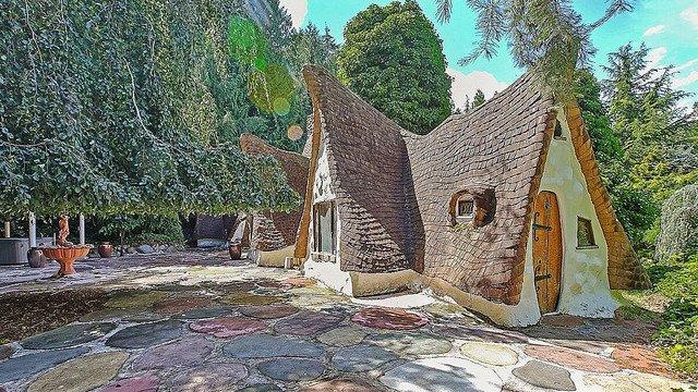 【マジか】「白雪姫の家」が約8700万円で購入可能 米ベッドルーム4つにバスルームはなんと5つ。260平米の広い敷地には森が広がり、小さな水路や木製の橋、水車小屋まであるという。