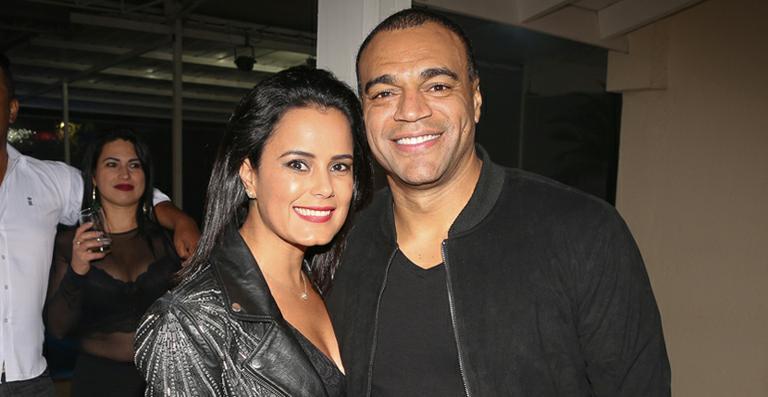 Denilson. Foto do site da Caras Brasil que mostra Luciele di Camargo bate o carro e leva bronca do marido, Denílson
