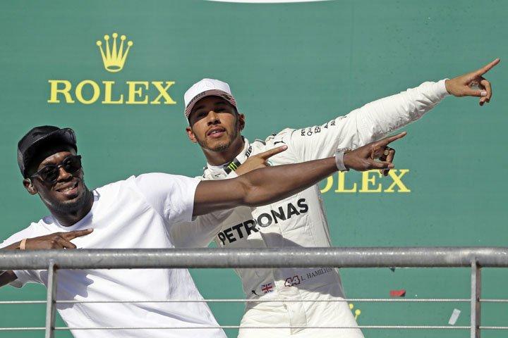 @BroadcastImagem: Hamilton comemora com Bolt após vencer o GP dos EUA de Fórmula 1, em Austin. Tony Gutierrez/AP