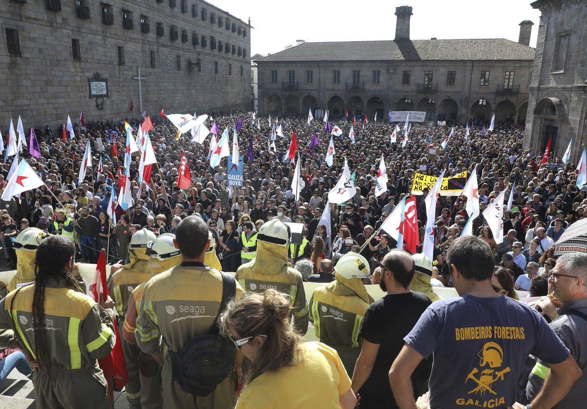 La ciudadanía desborda Santiago contra el fuego y las políticas de la Xunta