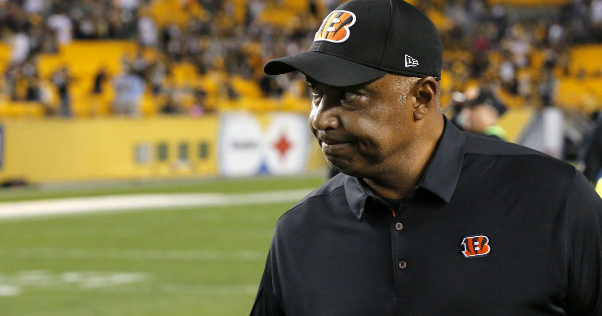 Bengals coach Marvin Lewis walks out of postgame press conference https://t.co/krL2MDXNhW https://t.co/hhoTdzhgAw