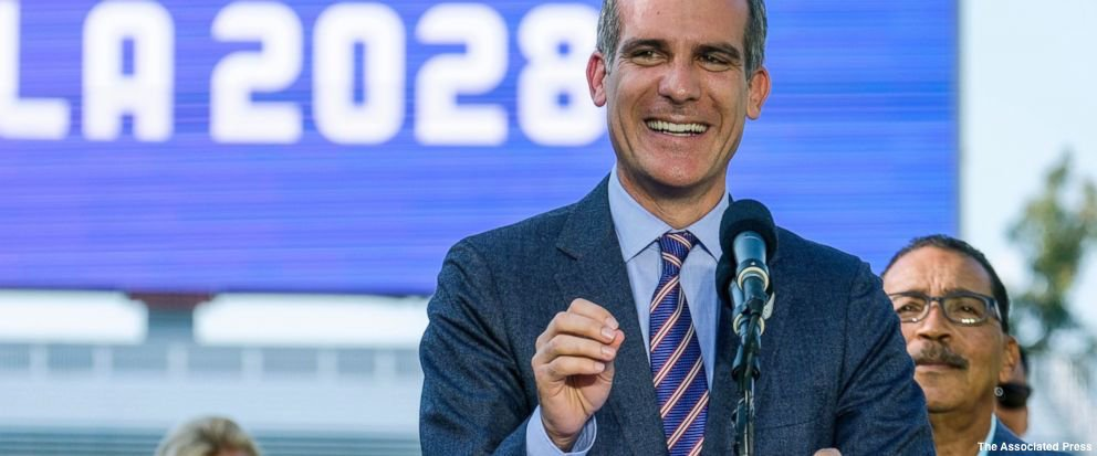 """LA mayor argues frustrated voters should look to mayors. """"We will represent everybody and we will work with anybody"""" https://t.co/bngyfdwGTm https://t.co/atEjjsw6Wk"""