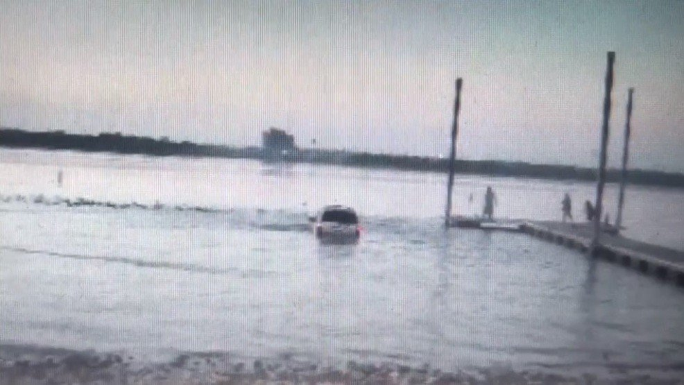 VIDEO: Texas DWI suspect drives into lake to avoid police